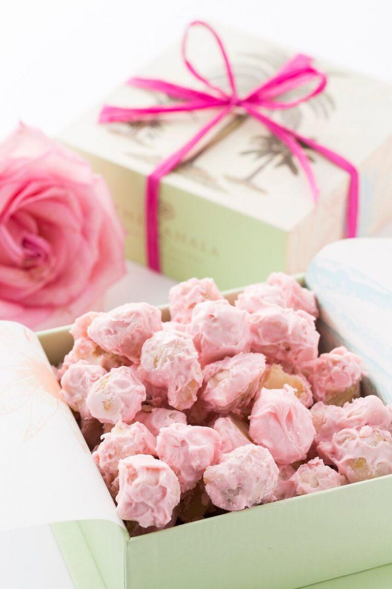 乳がん撲滅月間を支援するピンク色のチョコレート