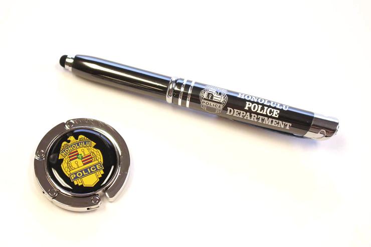 高級感のあるボールペン($3)とバッグホルダー($9)。
