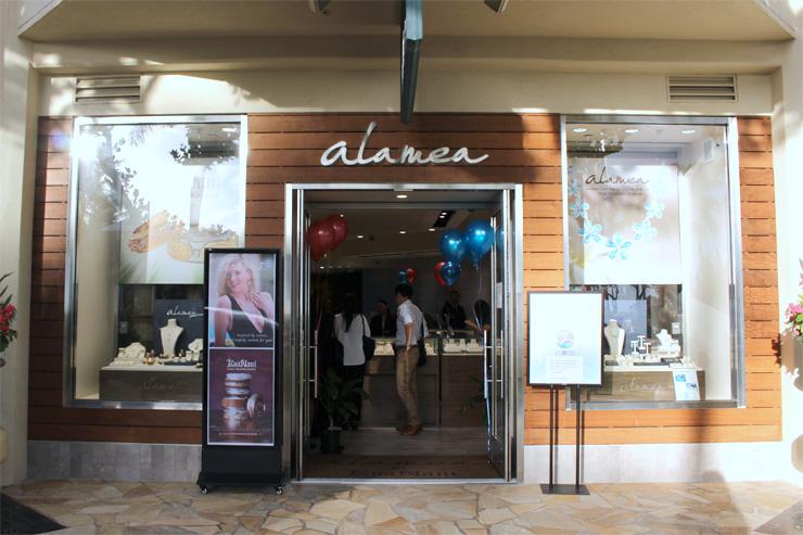 アラメアはハイアットリージェンシーホテル1階のカラカウア通り沿い