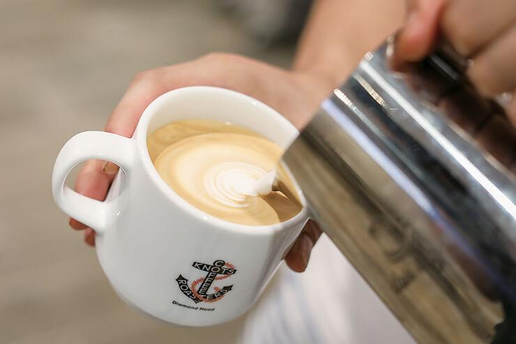 ハワイ島産の「デイライト・マインド・コーヒー」の豆を使った、コーヒーやエスプレッソメニューはハワイ店限定
