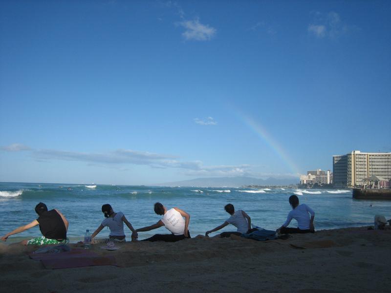 早朝のビーチヨガはヘルシーで気持ちいい!ご予約はお早めに。