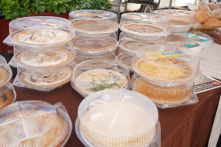 ホール売りのパイはいろんな種類があって、どれも美味しそう〜。