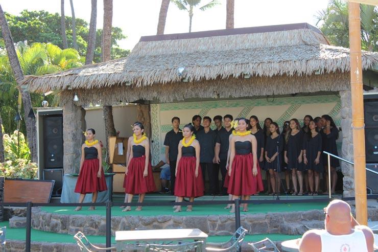 屋外のステージではフラショーも披露されていました。