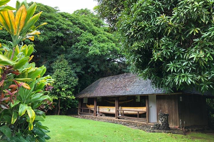 緑いっぱいの敷地内にはカヌー小屋も残されています。