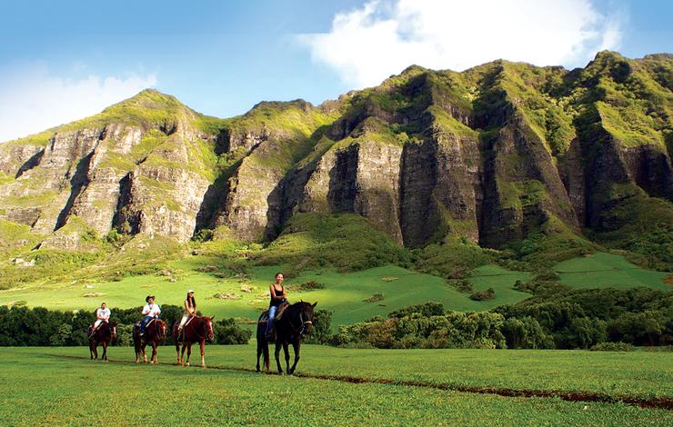 古代ハワイアンの聖地でもあったクアロア牧場。大自然の中での乗馬は圧巻のスケール。