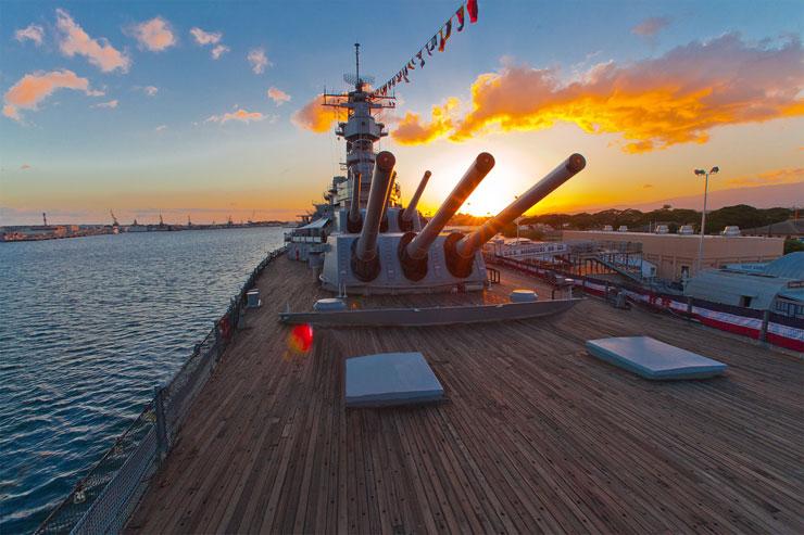 パールハーバー、戦艦ミズーリのデッキ前方にある16インチ(約40cm)の主砲。迫力満点。
