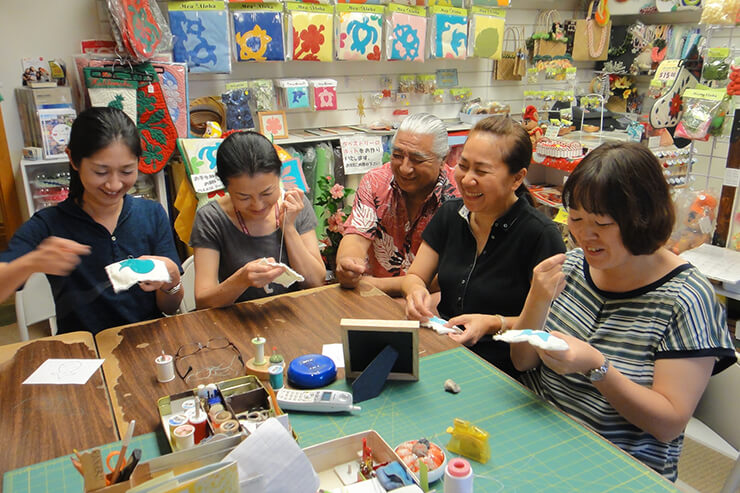 初心者からリピーターまで日本語で学べるハワイアンキルトとリボンレイ。とにかく楽しい!
