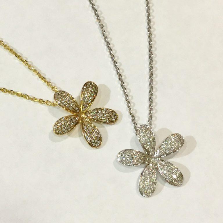 豪華なダイアモンドのプルメリアペンダント