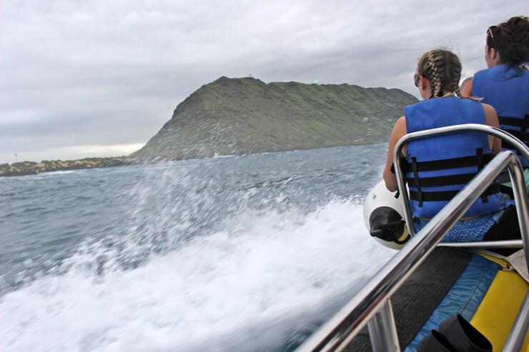 スピードをより感じたい人はボートの前方へ、安定性重視なら後方へ。