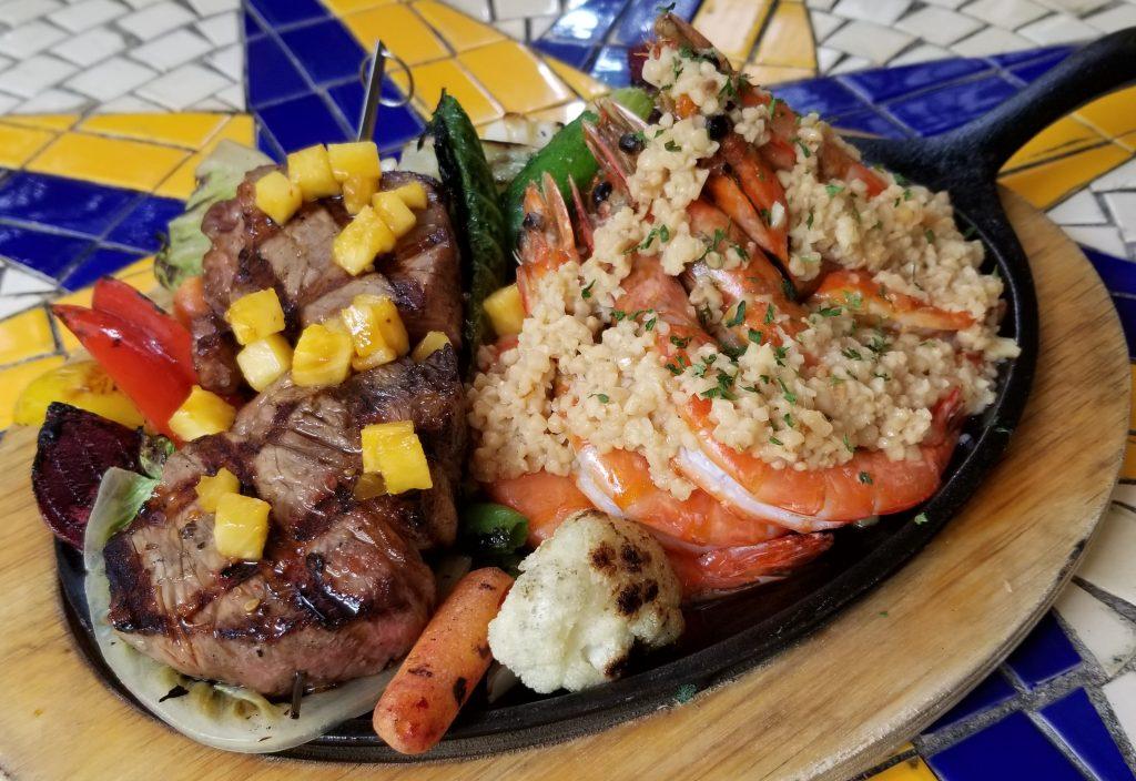 カウアイ島産シュリンプのガーリックシュリンプとステーキが人気