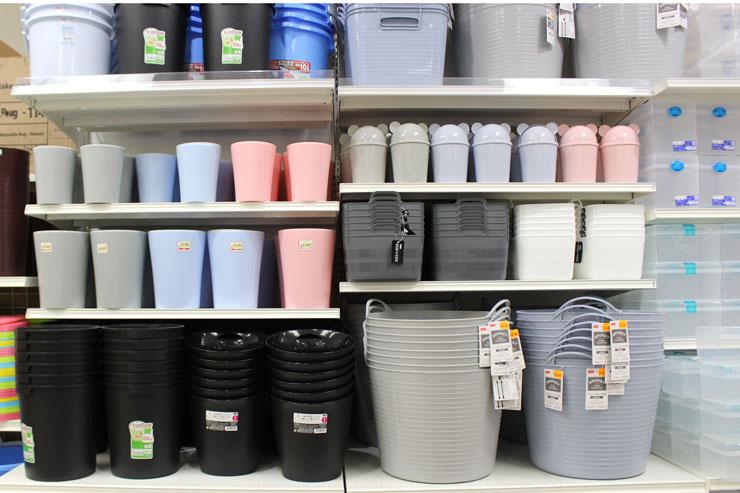 ゴミ箱など生活雑貨も沢山。シールが貼ってあるものは別価格です。