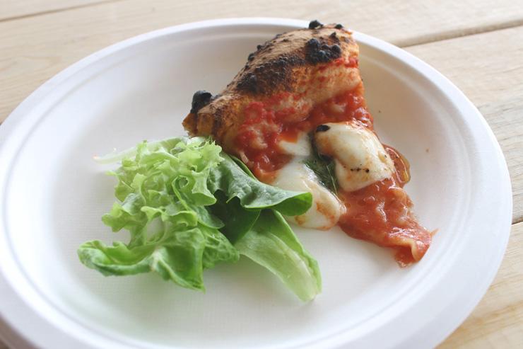 水耕栽培している朝採れのレタスと焼きたてのピザを試食