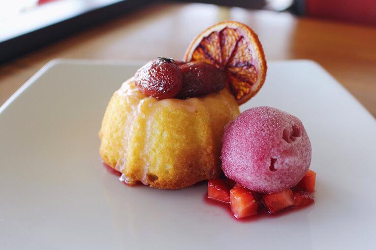 オリーブオイルケーキのサングリアシャーベット添え