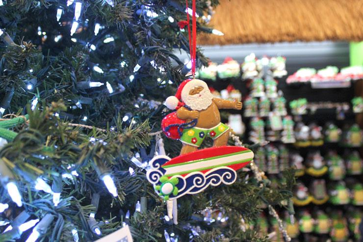 「ワイキキ・クリスマス・ストア」のオーナメント。ハワイサンタ、かわいい!