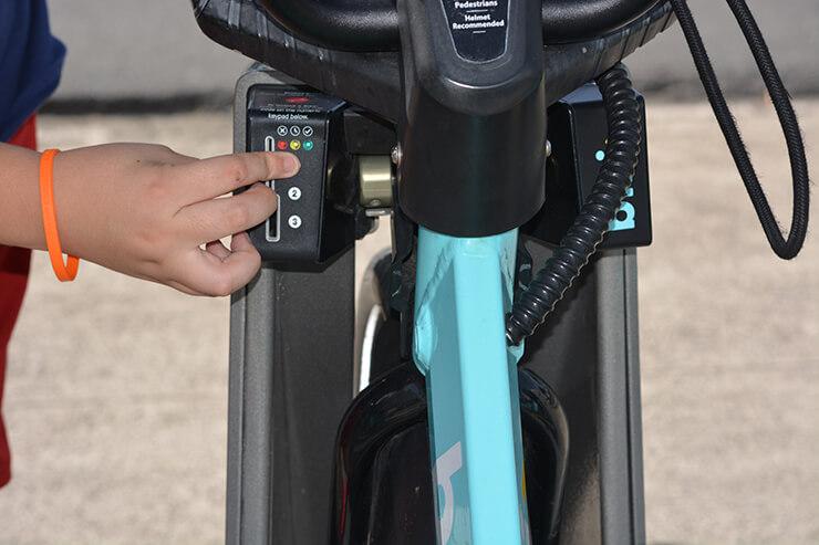 bikiステーション操作手順⑬ 借りたい自転車のもとへ。乗車コードを打ち込む。