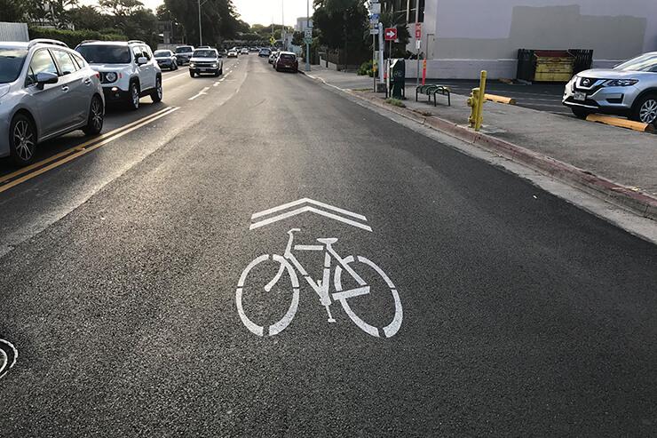 自転車と車の共有レーン