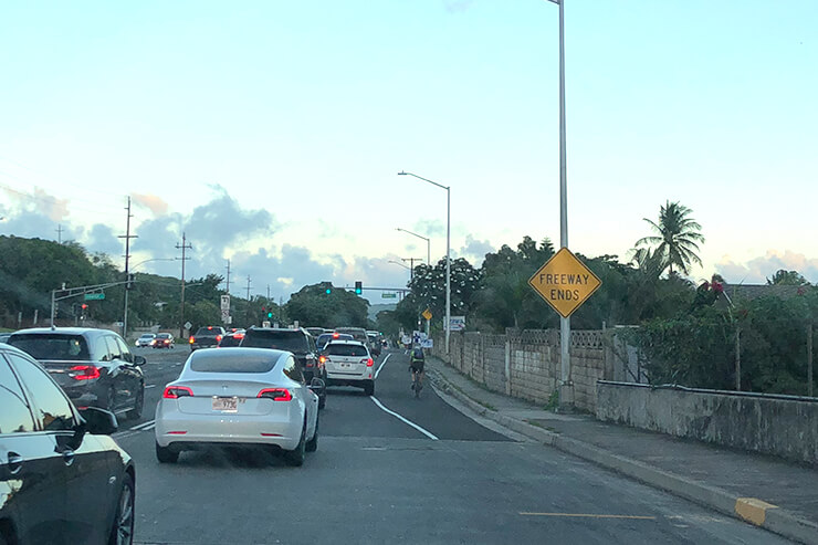 複数車線のある道路では右端のレーンを利用