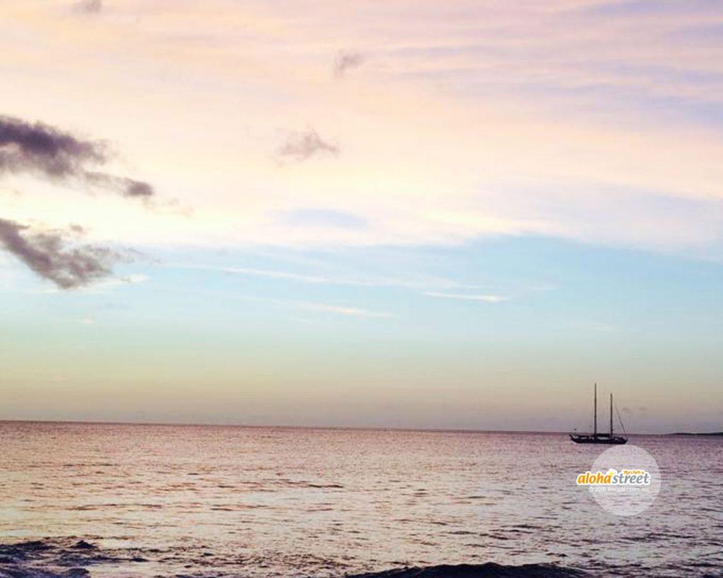 マジックアワーの海に浮かぶ船