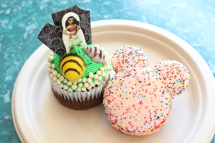 左から、モアナのカップケーキ、ミッキー型のマカロン