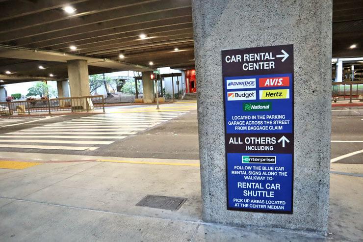 ホノルル国際空港のレンタカーカウンター行き先案内サイン