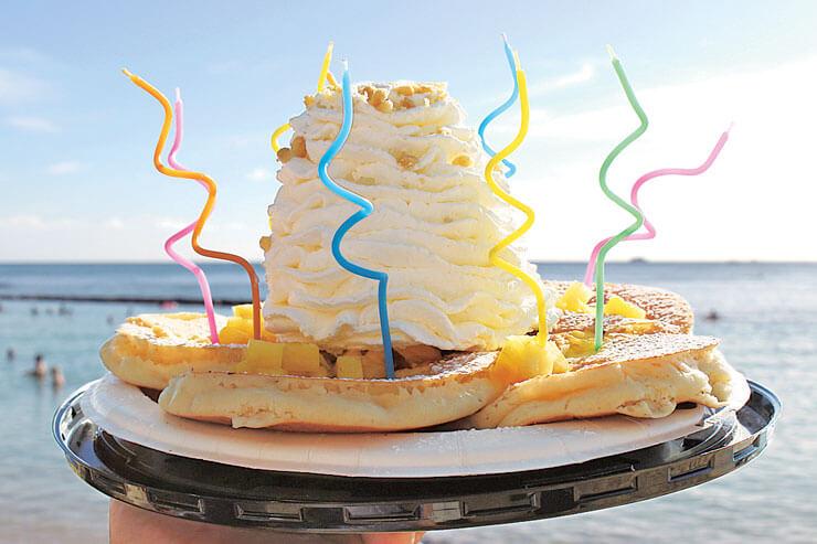 パンケーキに好きなキャンドルを立てれば即席バースデーケーキに!