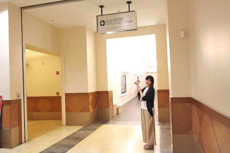エレベーターの標識があるのでそこを左へ