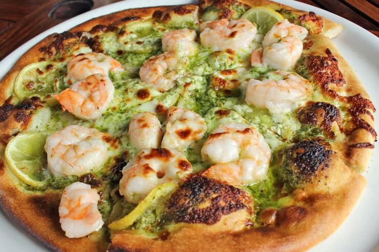 キアヴェの薪を使用して焼き上げられているピザは、エビとバジルソース、レモンのハーモニーが絶妙!