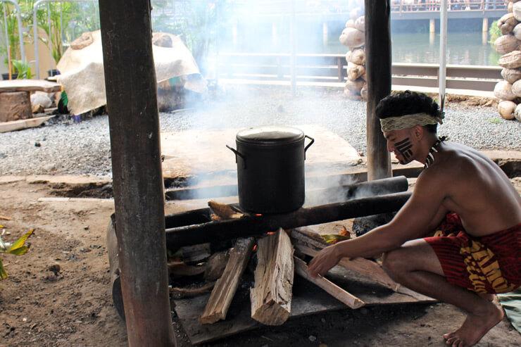 サモアの村での火おこし