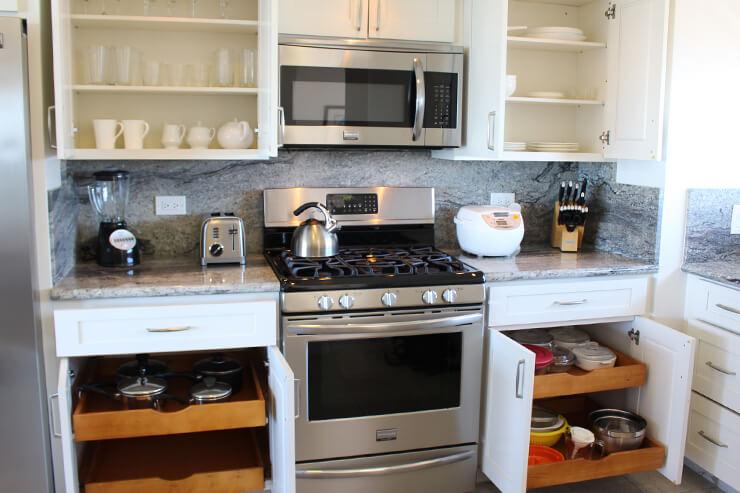 コンロ、オーブン、コーヒーメーカー、炊飯器などがそろったフルキッチン