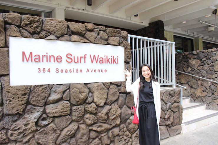 クヒオ通りの手前にある「Marine Surf Waikiki」の1階がクラッキン・キッチンです
