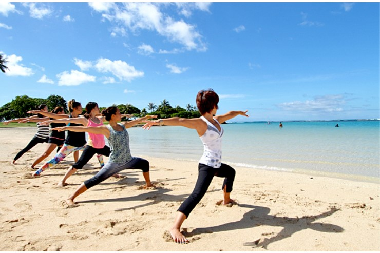 ハワイの海を眺めながら!友だちとお得にビーチヨガ