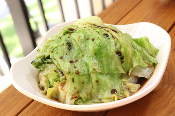 【温レタス($5)】はサラダ代わりの前菜としてオーダー。