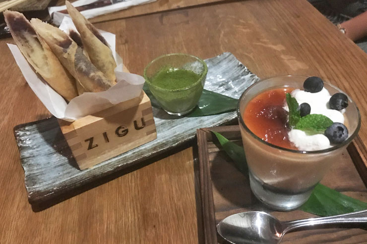 左: ローカルバナナの揚げ春巻き 抹茶カスタードソース($8)<br>右: アロハ豆腐のプリンと紫芋あん ママキ茶のソース($8)