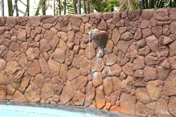 壁に設置された複数の貝からは滝が流れる