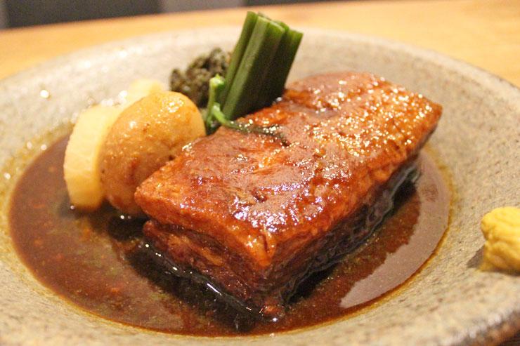 ラウラウ豚角煮 ローカル煮卵と大根の煮物 ($22)