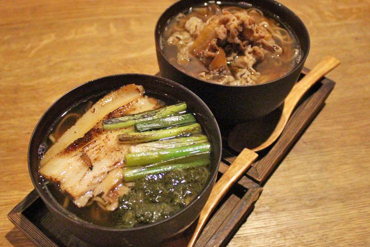 左: 炙り焼き豚 南蛮蕎麦($14)<br>右: 牛肉とマウイオニオン 肉蕎麦($14)