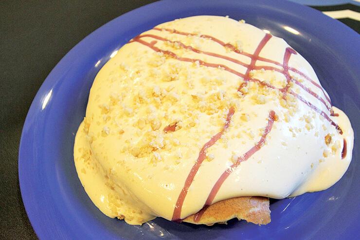 マカダミアソースのブルーベリーパンケーキ