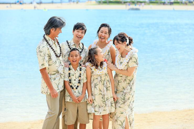 憧れのビーチで家族写真