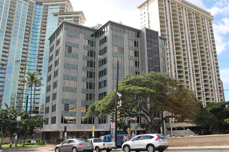 カラカウア大通りとアラワイ大通りの角にある建物4階