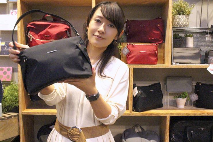ナイロン素材だから汚れにくくて使いやすいハンドバッグ。