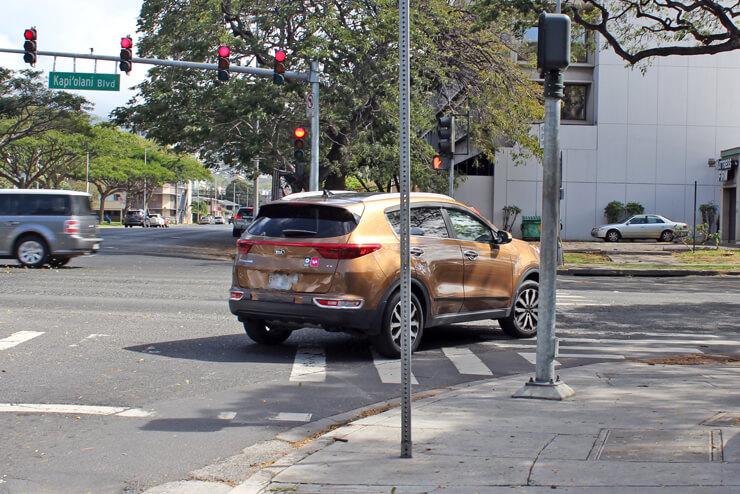 赤信号で右折する車に注意