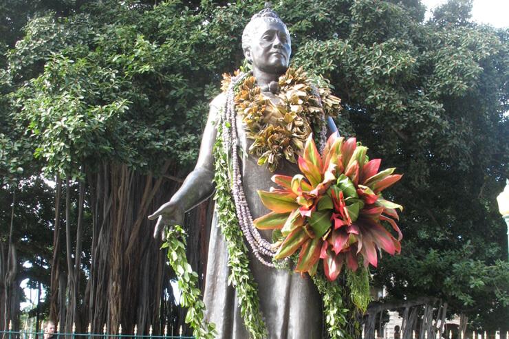 悲劇の女王、リリウオカラニの銅像