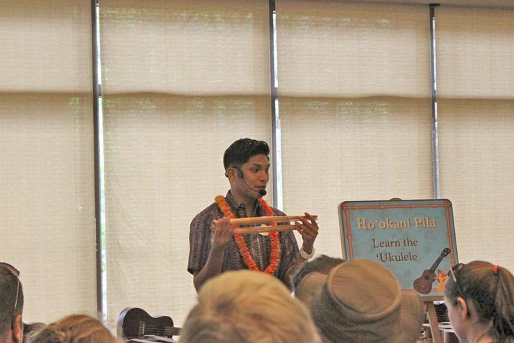 キャストがハワイの伝統的な楽器を紹介