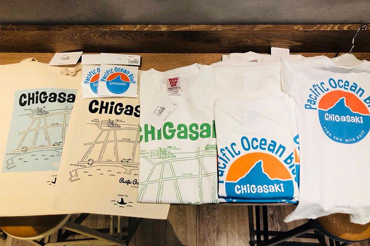 パシフィックオーシャンブルーシリーズ。 左から エコバッグ、巾着¥525 茅ヶ崎の地図が書かれた大人気のエコバッグ&巾着です。 お値段も¥500と、おみやげにも人気。