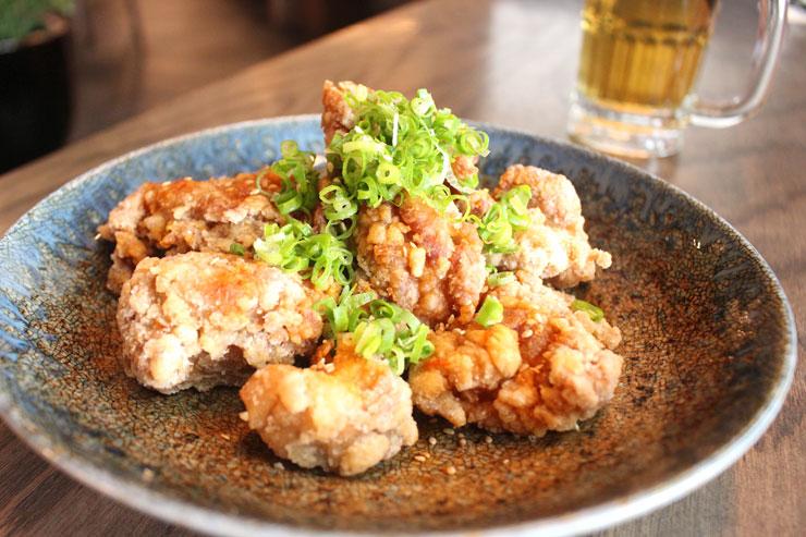「竜田揚げ・油淋鶏ソース($10→ハッピーアワー価格$7)」は一つ一つがゴロッと大きくてジューシー。カリッカリ食感の衣にもしっかり味が付いているので、お酒が進む進む〜。