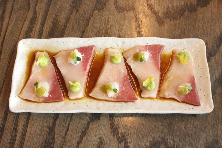 「ハマチと大根のカルパッチョ($11→ハッピーアワー価格$10)」は、新鮮なハマチに爽やかな柚子と大根おろし、アボカドピューレが乗ったポン酢で頂くサッパリメニュー。