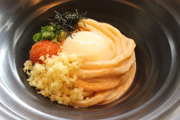 「明太釜玉のおうどん($18)」は見た目も鮮やか、明太子たっぷりで美味しそう〜! コシのあるうどんと、ザクザクとした天かすの歯ごたえも良し。