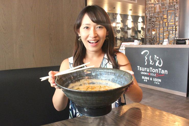 つるとんたん名物、ヘビー級の大きな器! 洗面器くらいの大きさの器に、なみなみとスープが入っています。これで普通の麺の量(300g)。ちなみに、麺は大盛り(450g)に無料で変更可能です。
