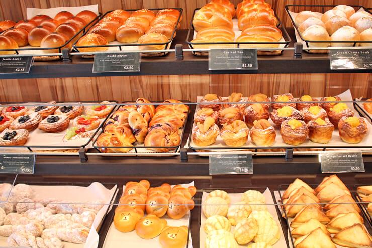 食パン、バゲット、惣菜系やスイーツ系、サンドイッチまで種類豊富なパンを販売