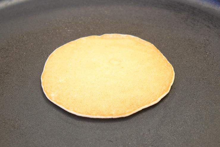 3.パンケーキの表面にプクプクと泡が出てきて、淵が乾くまで約1分〜1分半焼き上げ、1回だけ裏返します。そして裏面も1分焼けば完成。